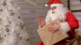 Santa trzyma dużego prezenta pudełko w jego ręce zbiory wideo