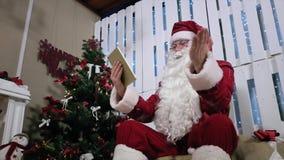 Santa typ zieleń dotyka ekran na pastylka pokoju z zdjęcie wideo