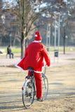 Santa używa rower zamiast obruszenia Zdjęcie Royalty Free