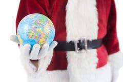 Santa a un globe dans sa main Photo stock