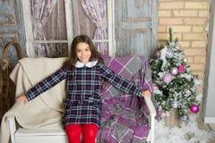 santa vänta xmas Gullig flicka för litet barn med xmas-gåva lyckligt nytt år shoppa för jul fira julfamiljen arkivbild