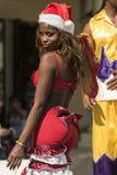 Santa vestiu a dança da mulher em pernas de pau Havana Imagens de Stock