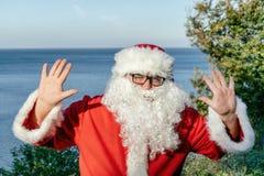 Santa wakacje przy morzem Tradycyjny czerwony strój i relaksować na plaży zdjęcie stock