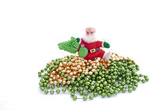 Santa Walking Over Green en Gouden Parels Stock Afbeeldingen