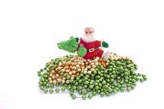 Santa Walking Over Green och guld- pärlor Arkivbilder