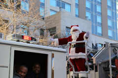 Santa Waving From Ladder Fire-LKW stockfoto