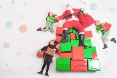 Santa& x27; ajudantes de s que trabalham no Polo Norte Ele lista de desejos da leitura Foto de Stock Royalty Free