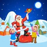 Santa z prezentem przy bożymi narodzeniami nigh Zdjęcia Royalty Free