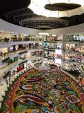 Santafe Winkelcomplex in Medellin, Colombia met de Bloemmarkt van de bloemdecoratie royalty-vrije stock foto's