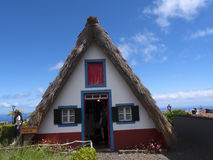 Santana in Madera è un bello villaggio sulla costa del nord è conosciuto dalle sue piccole case triangolari ricoperte di paglia D Immagini Stock Libere da Diritti