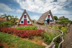 Santana-traditiona Häuser von Madeira Stockbilder
