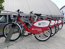 Santander cyklar på universitetsområdet av det Brunel universitetet London arkivbild