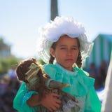 SANTANDER, ESPAÑA - 16 DE JULIO: La muchacha no identificada, vestida del traje de período en una competencia del traje celebró e Foto de archivo