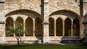 Santander-Kathedrale, Vorderansicht von acht Bögen des Klosters Lizenzfreie Stockfotografie