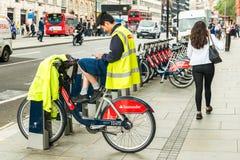 Santander rowerów do wynajęcia pracownik siedzi na rowerze Fotografia Royalty Free