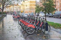 Santander rowerowy parking na footpath dla ludzi transportu i ćwiczenie w Shoreditch Londyn Fotografia Stock