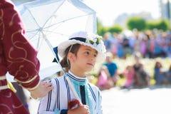 SANTANDER SPANIEN - JULI 16: Den oidentifierade flickan som kläddes av perioddräkten i en dräktkonkurrens, firade i Juli 16, 2016 Royaltyfri Bild