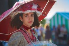 SANTANDER SPANIEN - JULI 16: Den oidentifierade flickan som kläddes av perioddräkten i en dräktkonkurrens, firade i Juli 16, 2016 Fotografering för Bildbyråer
