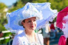 SANTANDER SPANIEN - JULI 16: Den oidentifierade kvinnan som kläddes av perioddräkten i en dräktkonkurrens, firade i Juli 16, 2016 Arkivbild