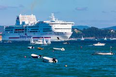 SANTANDER, SPANJE - AUGUSTUS 15, 2018 Ingang van het passagiersschip pont-Aven van het bedrijf Brittany Ferries in de Baai van Sa stock foto