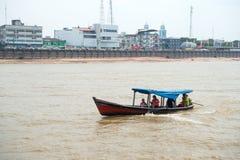 Santarem Brasilien - December 02, 2015: fartyg med folk på Amazon River Motorbåtflöte längs flodbanken med hus Lopp förbi wa Royaltyfria Foton