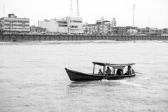 Santarem Brazylia, Grudzień, - 02, 2015: łódź z ludźmi na Amazon rzece Motorboat pławik wzdłuż brzeg rzeki z domami zdjęcie stock