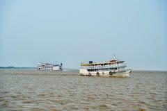 Santarem Brazylia, Grudzień, - 02, 2015: statku pławik na Amazon rzece Wakacji statki na pogodnym niebieskim niebie Wakacje i pod zdjęcie stock
