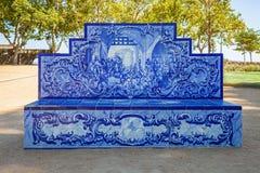 Santarem, Portugal Banco del parque o del jardín cubierto en el portugués típico y tradicional Azulejos imagenes de archivo