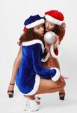 Santas felices con la bola de la Navidad. Fotografía de archivo libre de regalías