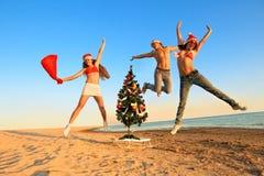 Santas se divierten en la playa Fotos de archivo libres de regalías