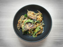 Santed吃鱼用辣椒黏贴在黑弓的辣泰国食物 免版税库存图片