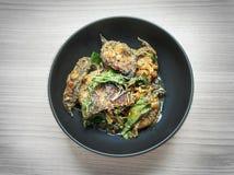 Santed ест рыб с чилями наклеивает пряную тайскую еду в черном смычке стоковые изображения rf
