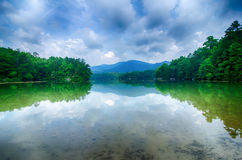 santeetlah do lago em grandes montanhas fumarentos North Carolina fotografia de stock royalty free