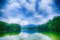 santeetlah do lago em grandes montanhas fumarentos North Carolina foto de stock royalty free