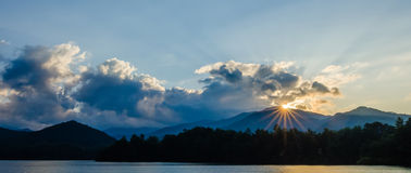 santeetlah do lago em grandes montanhas fumarentos North Carolina Fotografia de Stock