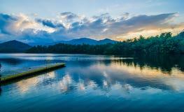 santeetlah do lago em grandes montanhas fumarentos North Carolina imagem de stock