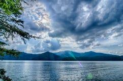 Santeetlah do lago nas grandes montanhas fumarentos nc imagem de stock