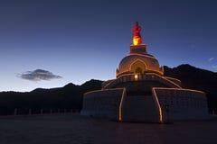 Santi Stupa dans Leh la nuit Image stock