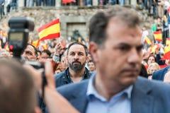 Santiago Abascal, lider krańcowy prawicowy Vox przyjęcie, stojaki jako hymn państwowy bawić się zdjęcia stock