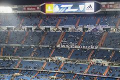 Santiago Bernabeu Stadium under en Real Madridmatch i 2016 arkivfoton