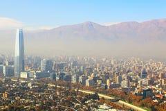 Santiago, capital de Chile debajo de la niebla de la madrugada Foto de archivo libre de regalías
