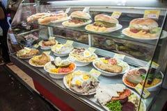 SANTIAGO CHILE - FEBRUARI 28, 2015: Mål på skärm i en eatery i centrum i Santiago de Chi royaltyfri foto