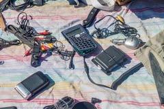 SANTIAGO CHILE - MARS 28, 2015: Gammal elektronik på s-gatamarknaden i den Bellavista grannskapen av Santiago, Chi arkivbild