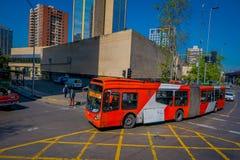 SANTIAGO, CHILE - 16. OKTOBER 2018: Ansicht im Freien modernen roten Bus circulatig in den Straßen der Stadt von Santiago von stockbilder