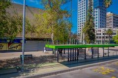 SANTIAGO, CHILE - 16. OKTOBER 2018: Ansicht im Freien von grünem Bushaltestelle die Station, die in der Stadt von Santiago von Ch stockbild