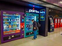 SANTIAGO, CHILE - 9. OKTOBER 2018: Nicht identifizierte Leute vor einer Münzenmaschine des Safts und der Imbisse gelegen in lizenzfreies stockfoto