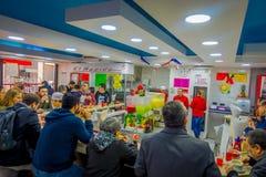 SANTIAGO CHILE, PAŹDZIERNIK, - 16, 2018: Salowy widok ludzie je wśrodku restaurat lokalizować w dowtown Santiago zdjęcie stock