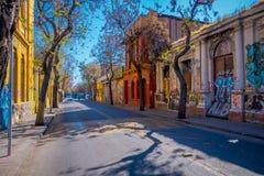SANTIAGO, CHILE - 13. SEPTEMBER 2018: Ansicht im Freien der alten Nachbarschaft und einiger Autos in der Straße im Barrio Yungay lizenzfreie stockbilder