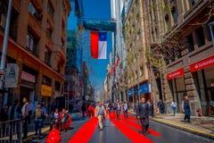 SANTIAGO, CHILE - 13. SEPTEMBER 2018: Ansicht im Freien der Menge der Leute, die in Strukturen eines Rotes gehen und des teilweis Stockbilder