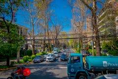 SANTIAGO, CHILE - 13. SEPTEMBER 2018: Ansicht im Freien von Autos in der Straße umgeben von den Anlagen während herrlichen schöne stockfotografie